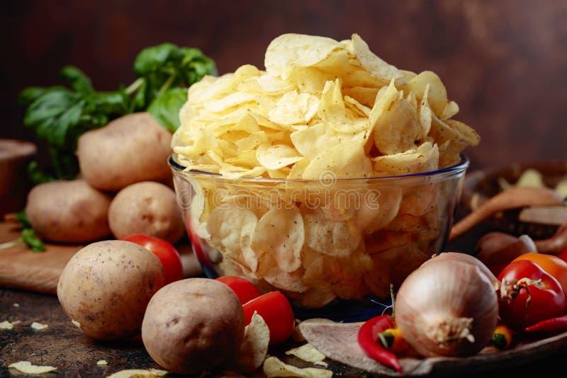 Картофельные чипсы с овощами и специями стоковое изображение rf