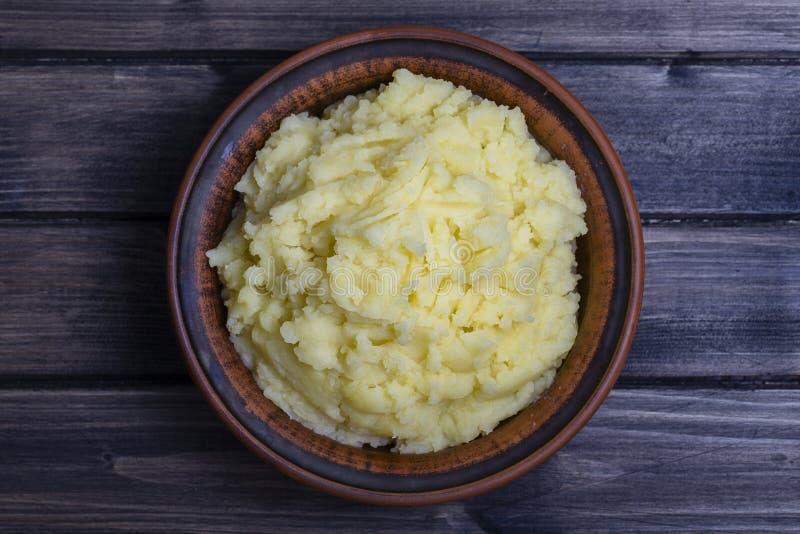 Download Картофельные пюре в плите на деревянном столе Стоковое Изображение - изображение насчитывающей bowie, еда: 81810323
