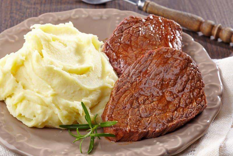 Картофельные пюре и стейк говядины стоковое фото