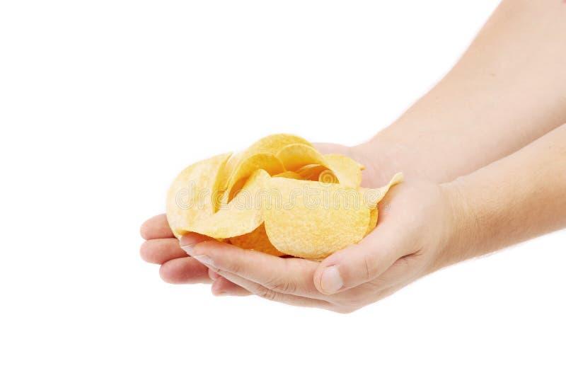 Картофельные стружки на руках. стоковые изображения rf
