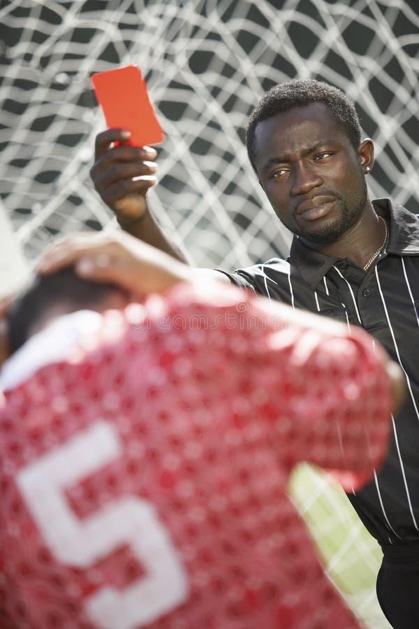 карточка держа вне красный футбол судья-рефери стоковая фотография rf