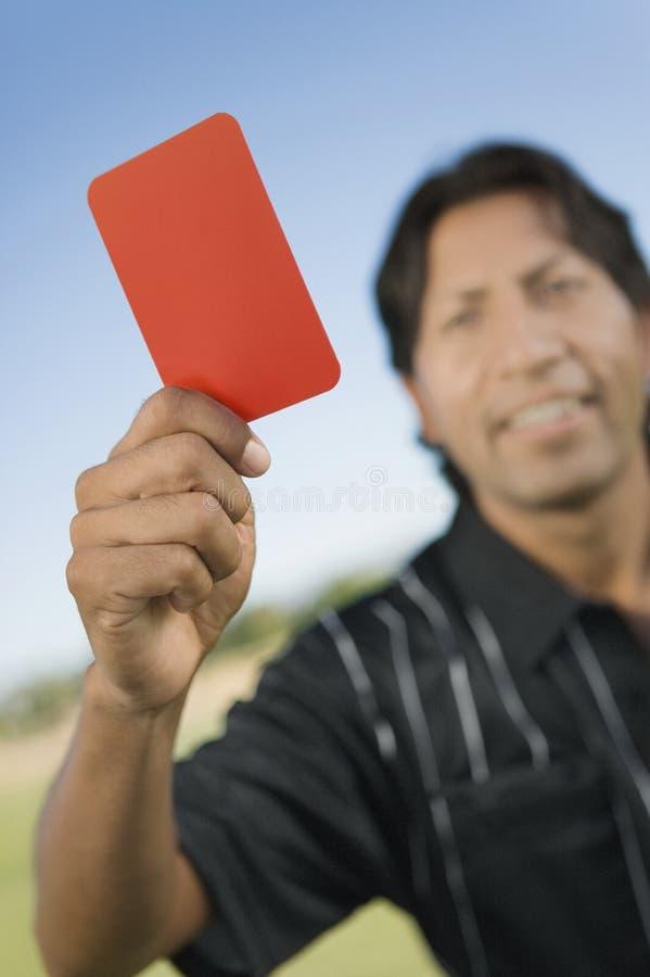 карточка держа красного судья-рефери вверх стоковое фото