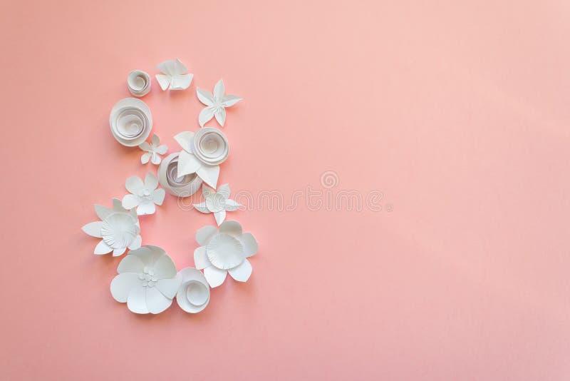 Карточка дня ` s женщин 8-ое марта с цветками белой бумаги стоковые фотографии rf