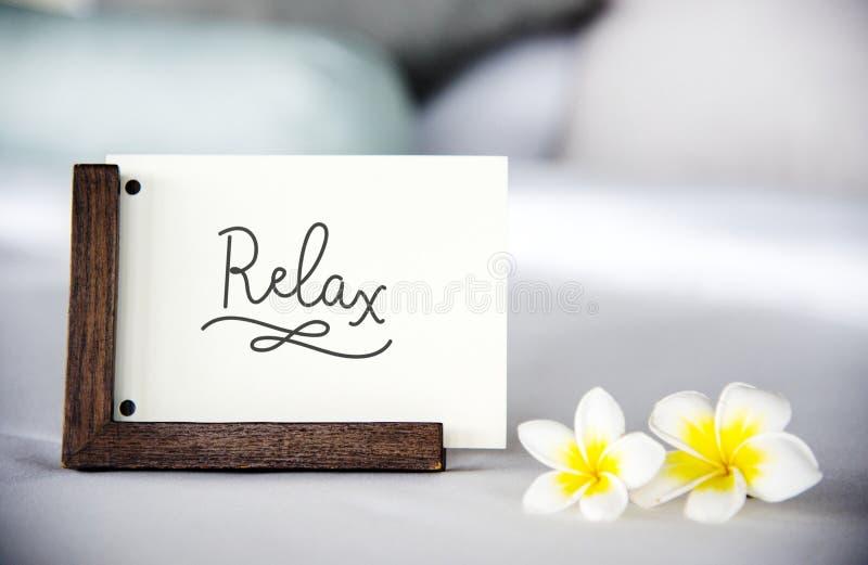 Карточка на кровати с plumeria цветет модель-макет стоковые фото
