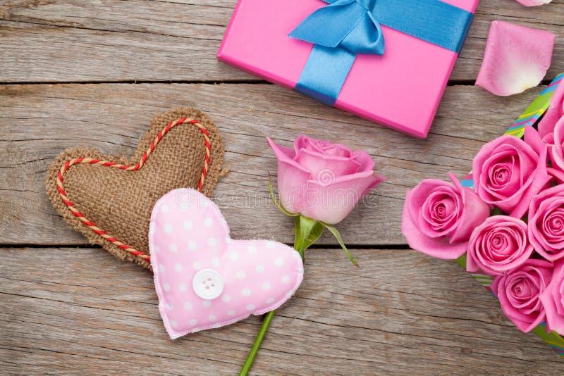 Карточка дня валентинок с подарочной коробкой полной розовых роз и handmad стоковые изображения rf