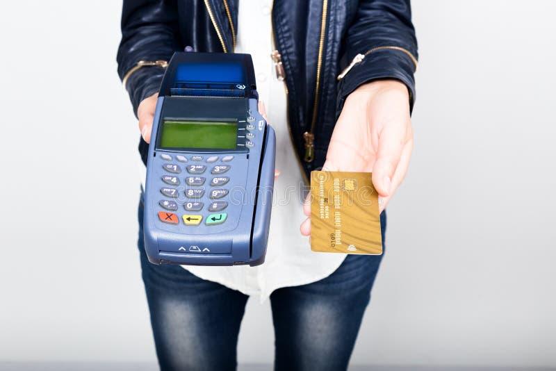 Карточка оплаты в стержне банка Концепция электронной оплаты Крупный план руки женщины держа кредитную карточку сверх стоковое фото