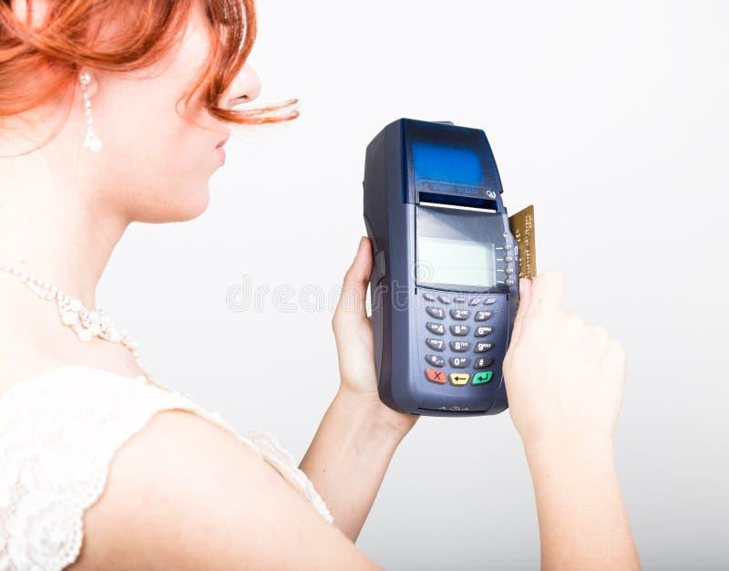 Карточка оплаты в стержне банка Концепция электронной оплаты Крупный план красивой невесты держа кредитную карточку стоковая фотография