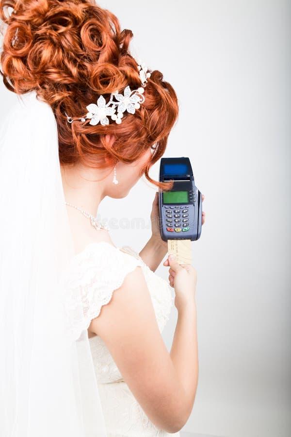 Карточка оплаты в стержне банка Концепция электронной оплаты Крупный план красивой невесты держа кредитную карточку стоковые изображения
