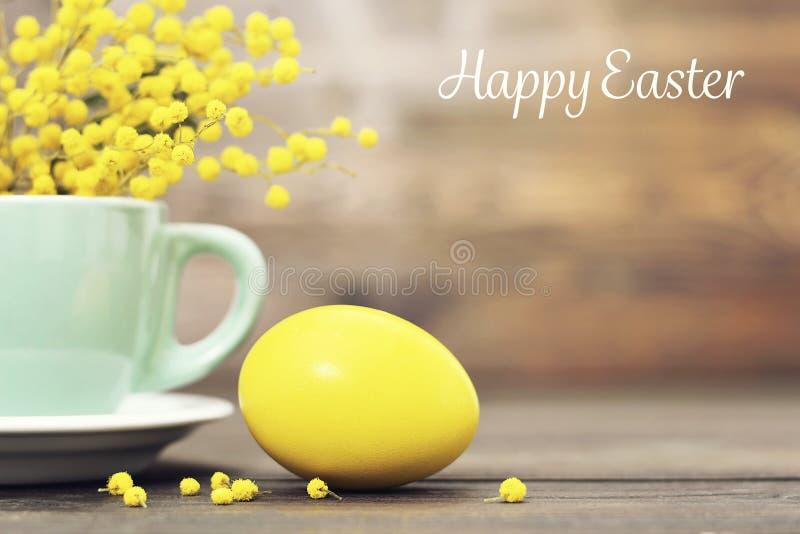 Карточка пасхи с пасхальным яйцом и мимозой цветет стоковое изображение rf