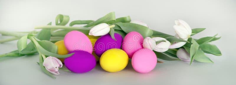 Карточка пасхи с andflowers пасхальных яя стоковые изображения rf
