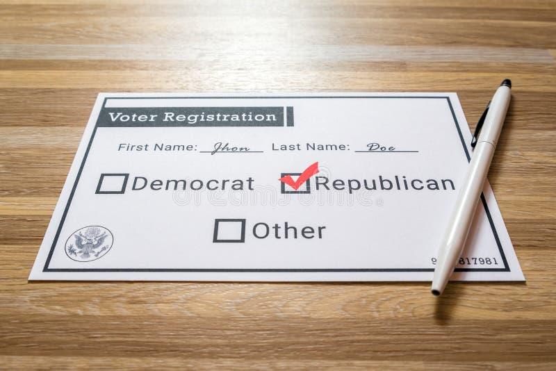 Карточка регистрации избирателя при выбранная Республиканская партия стоковые фотографии rf