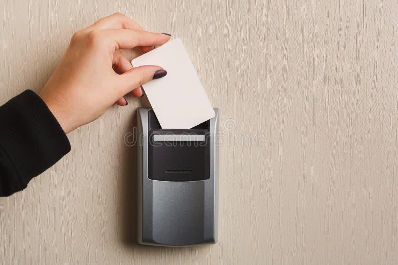 Карточка руки вводя ключевая в электронном замке стоковые изображения rf
