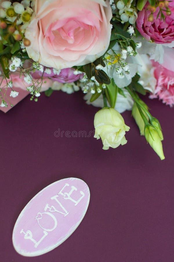 Карточка свадьбы в розовых и фиолетовых тонах стоковые фото