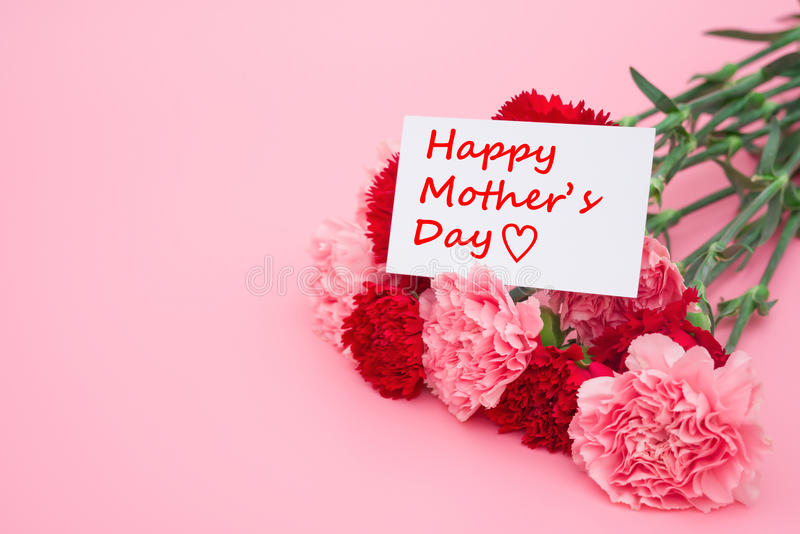 Карточка счастливого Дня матери и prensent гвоздик коробки и красных стоковое изображение rf