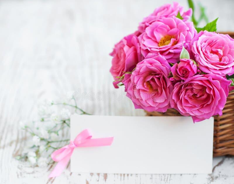 Карточка с розами на таблице стоковая фотография rf