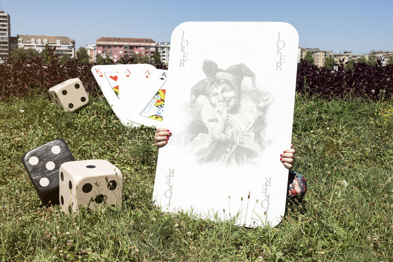 Карточка шутника, Dices и девушка за ей стоковое фото