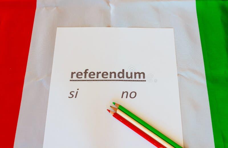 Карточка для того чтобы бросить их голосование на референдуме, который держат в Италии стоковое изображение rf
