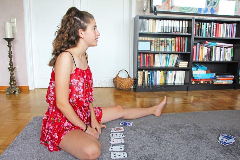 Карточки девочка-подростка играя стоковые фотографии rf