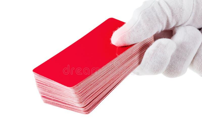 Карточки и рука изолированные на белой предпосылке стоковое фото