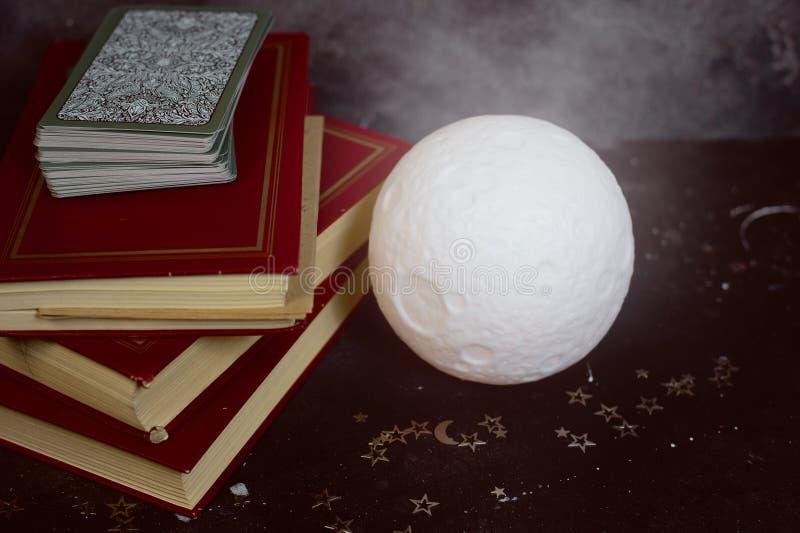Карточки Tarot на таблице стола рассказчика удачи Будущее чтение стоковые фотографии rf