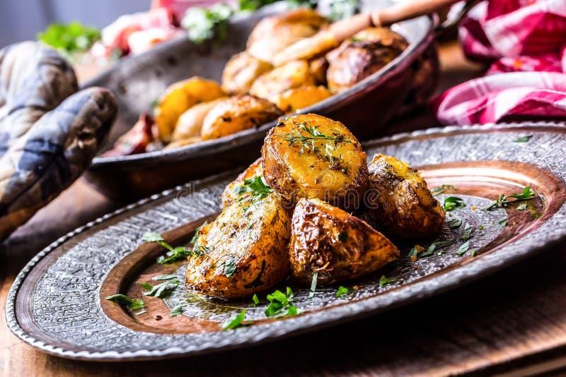 Картошка картошки зажарили в духовке Американские картошки с копченым солью чеснока бекона перчат петрушку укропа тимона - украше стоковые фото