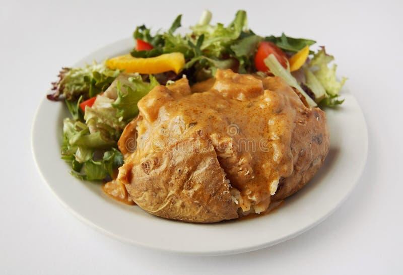 Картошка куртки карри Cucken с бортовым салатом стоковые фотографии rf