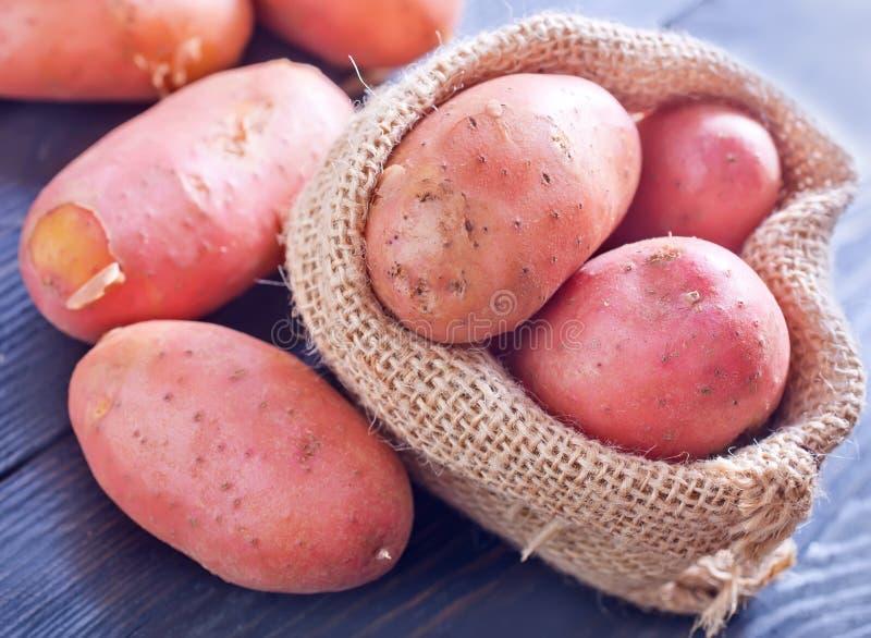 Download картошка сырцовая стоковое изображение. изображение насчитывающей диетпитание - 41659837