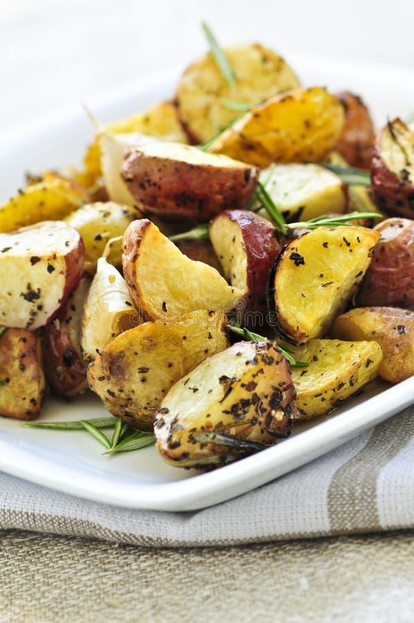 картошки зажарили в духовке стоковые фотографии rf