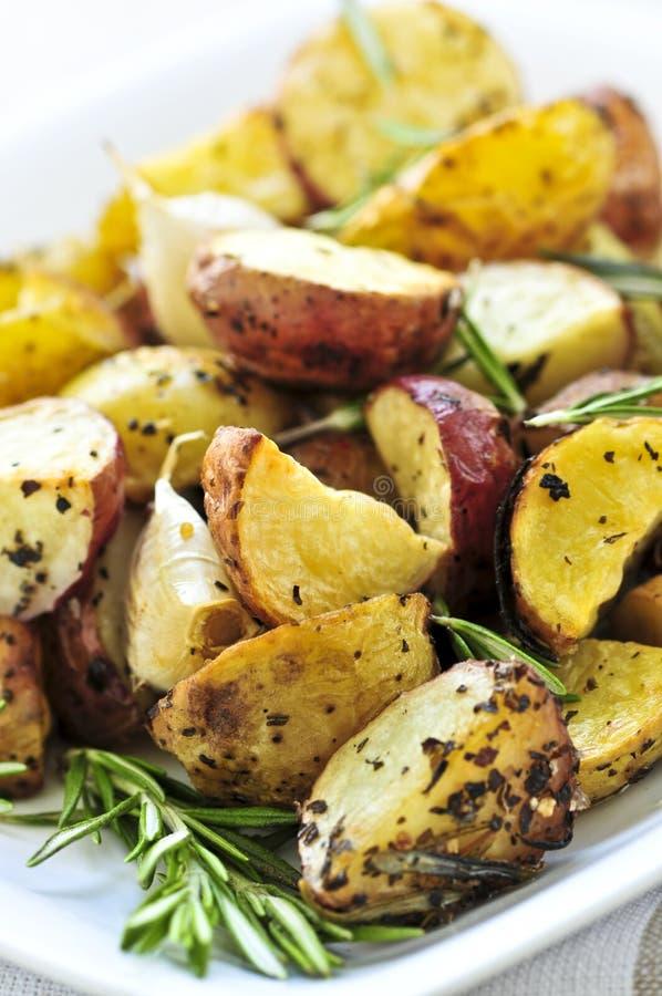 картошки зажарили в духовке стоковая фотография