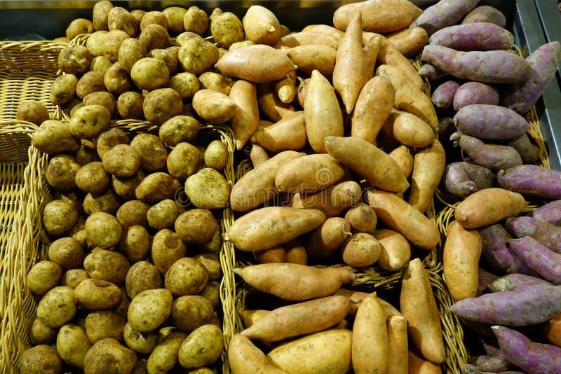 Картошки и сладкие картофели стоковые изображения rf