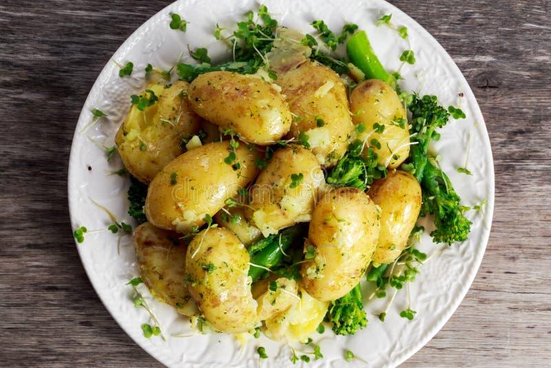 Картошки кипеть детенышами с маслом и овощами стоковые изображения