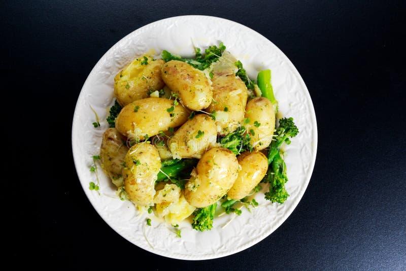 Картошки кипеть детенышами с маслом и овощами стоковая фотография