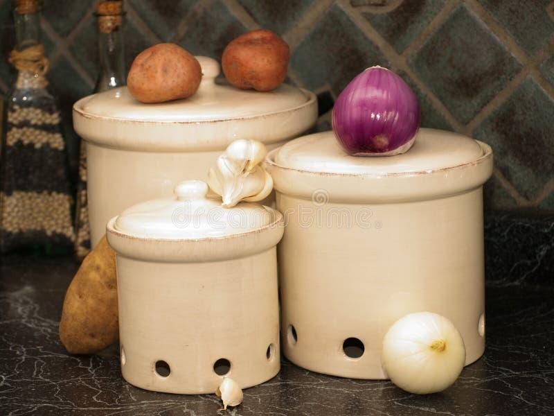 картошки луков кухни чеснока банок стоковое фото rf