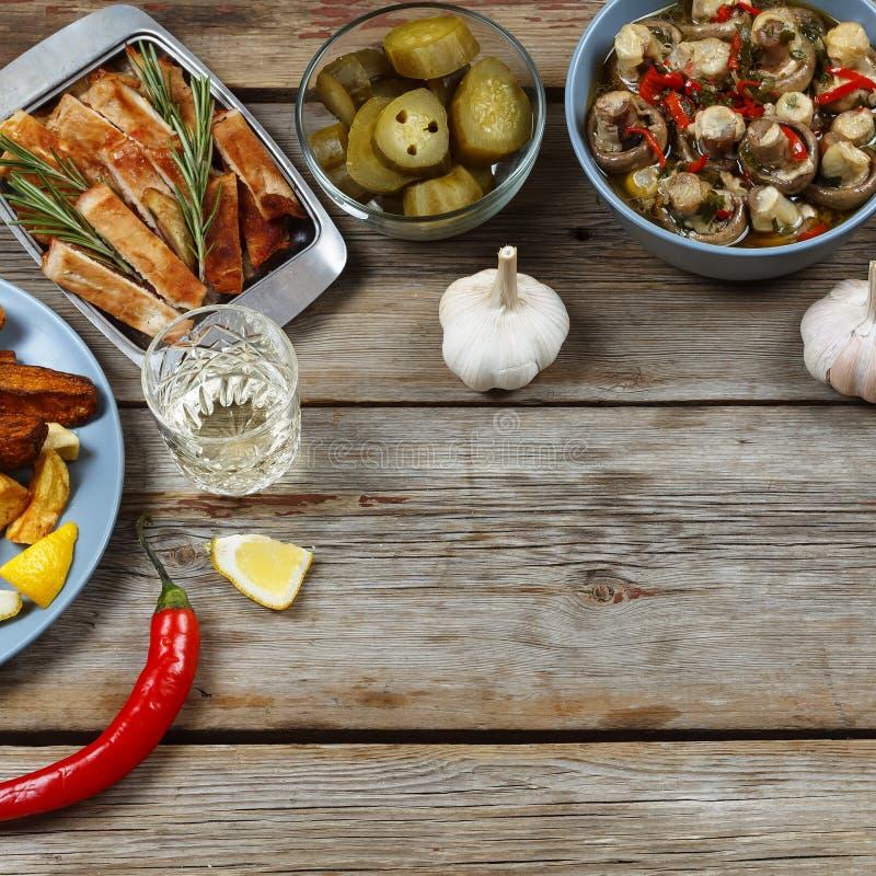 картошки молодые Кипеть картошки с укропом и маслом в черном шаре на деревянном столе Взгляд сверху, деревенский стиль стоковое изображение rf