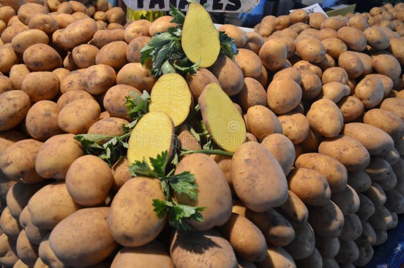 Картошки на индюке базара стойла стоковое фото rf