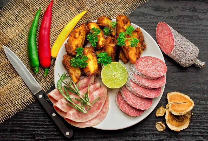 Картошки с сосиской стоковое изображение rf