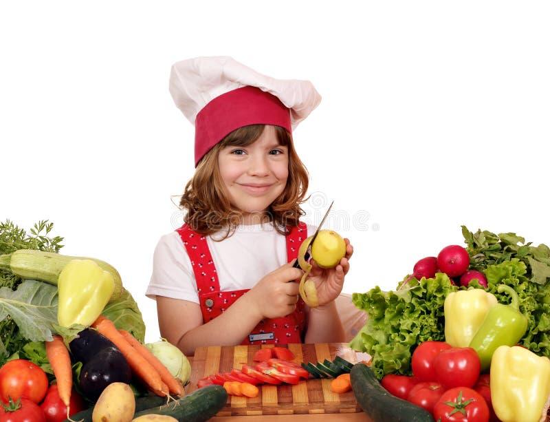 Картошки шелушения маленькой девочки стоковые фотографии rf