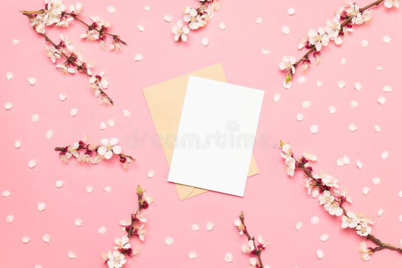 Карты приглашения свадьбы с розовыми цветками на розовой предпосылке стоковое фото