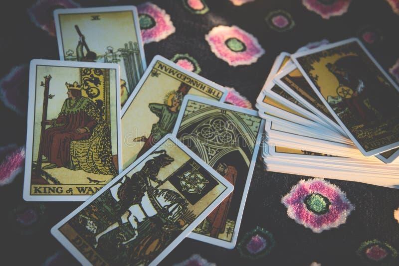 Карты Tarot для divination ясновидящи чтений tarot также стоковая фотография rf
