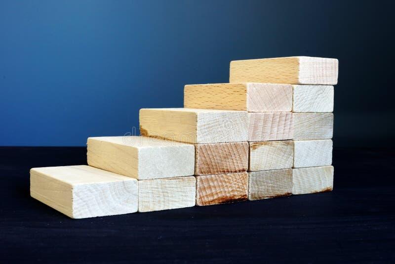 Карьера и успех в бизнесе Лестницы от деревянных блоков стоковое изображение