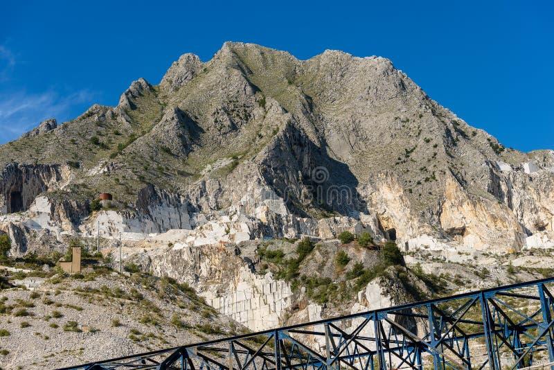 Карьеры Каррары - белой мраморизуйте - Apuan Альп стоковые изображения rf
