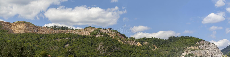 Карьер на верхней части горы стоковые изображения rf