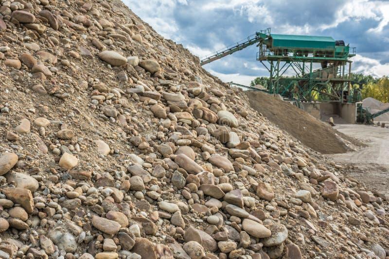 Карьер песка реки для своего преобразования и обрабатываемого в песке или гравии стоковая фотография