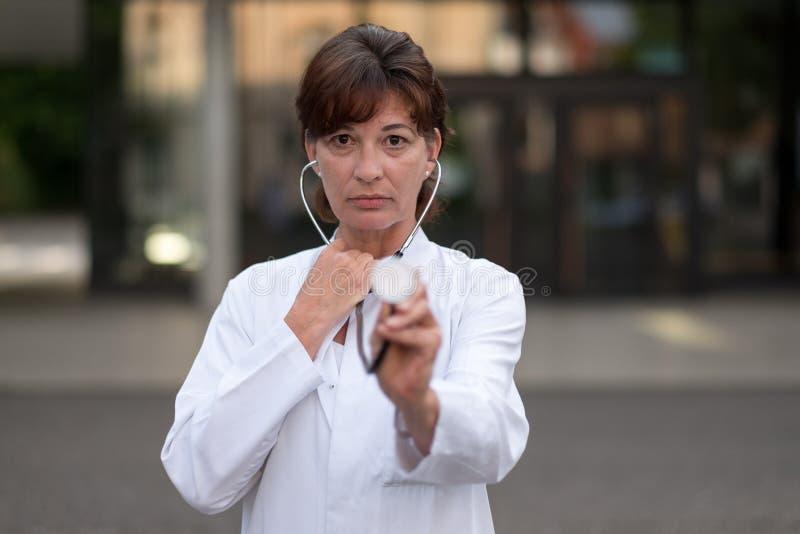 Кардиолог или доктор держа стетоскоп стоковые изображения rf