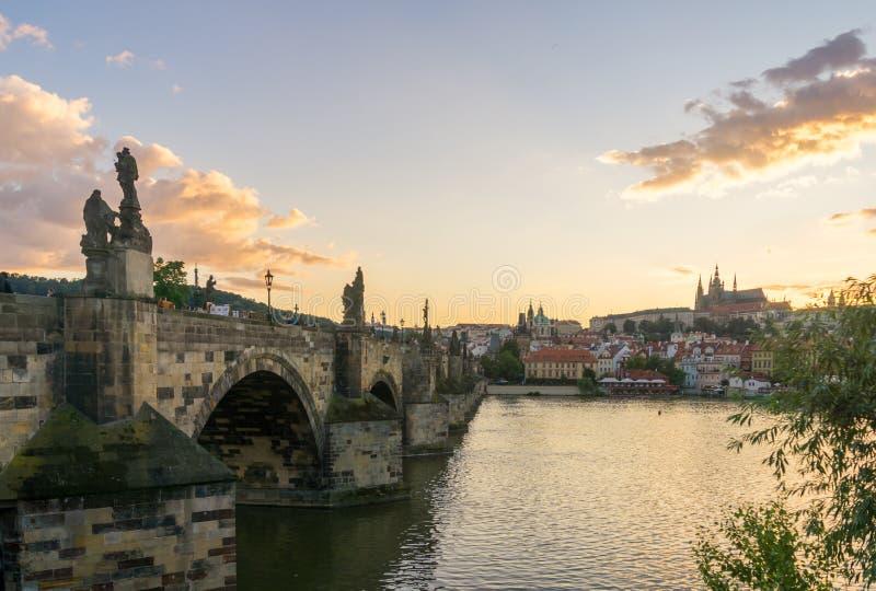 Карлов мост, Прага на заходе солнца стоковые изображения