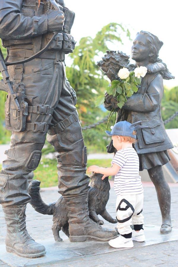 Касания мальчика 1-ти летние памятник стоковые изображения rf