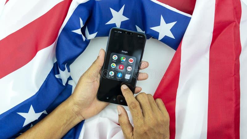 Касания человека дела руки Пхукета Таиланда May-24-2019 смартфон Huawei Y9 2019 азиатского мобильный с американским флагом, конце стоковое фото