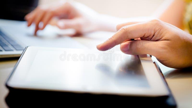касатьться таблетки экрана ПК цифровой руки самомоднейший стоковая фотография