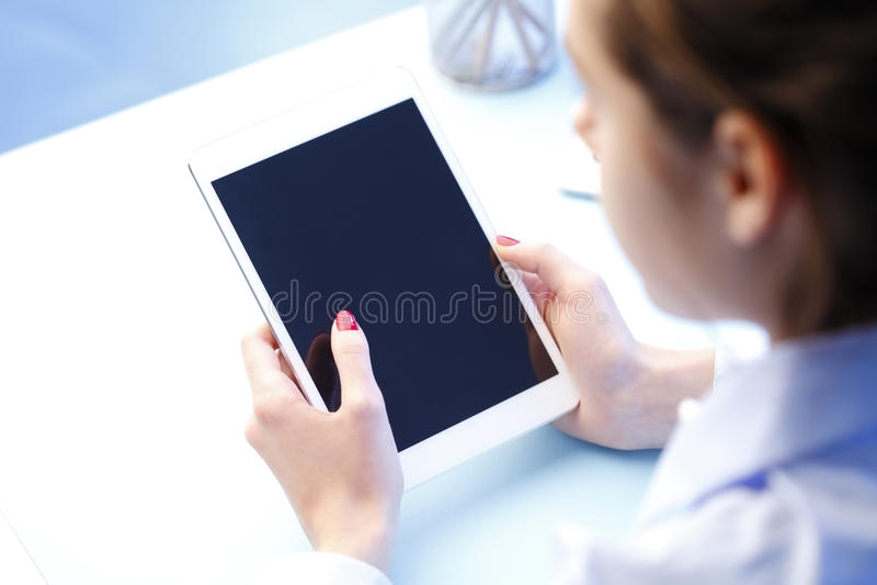 касатьться экрана стоковая фотография