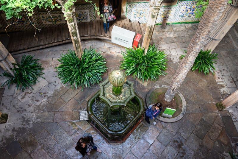 """Каса de l """"Ardiaca, двор затеняемый деревьями и охлаждаемый фонтанами Barri Gotic Барселона стоковая фотография rf"""
